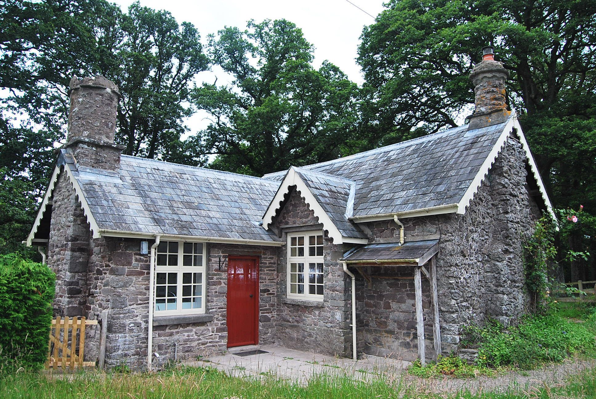 THE LODGE  Abercamlais Nr. Brecon, Powys LD3 8EY